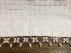Toalha de lavabo na rosa bebê, com bordados em pedrarias.  Medida 32x50cm.  Ótima qualidade .