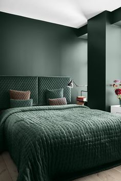 As green is one of the latest colour trends for the home, we think it looks gorgeous in this stylish bedroom design. The dusky pink on a few cushions creates a beautiful contrast! Bedroom Green, Bedroom Colors, Bedroom Sets, Home Decor Bedroom, Bedroom Wall, Bedroom Lamps, Design Bedroom, Master Bedroom, Bedroom Shelves
