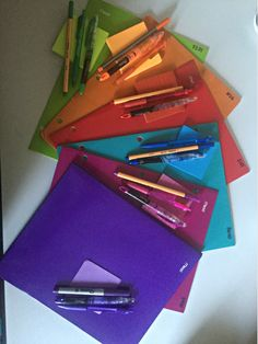 To organize your notes, notebooks, planners, color codes and other materials you need for college - school supplies High School Hacks, Life Hacks For School, School Study Tips, School Tips, School Stuff, Hate School, School Notes, Middle School Supplies, College School Supplies
