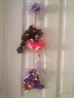 Linda bailarina, personalizando a porta do quarto da menina. Em biscuit, papel, tecidos e miçangas.