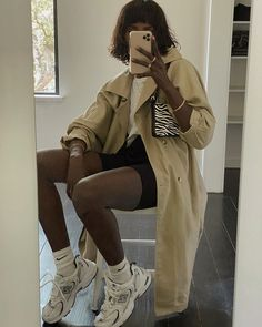 "Amy Julliette Lefévre op Instagram: ""Bag @margigaba 🖤 Trench @posse Shorts @aritzia"" Summer Sneakers, Sneakers Mode, Sneakers Fashion, Sneakers Style, Girls Sneakers, Diy Fashion, Fashion Outfits, Fashion Tips, Fashion Trends"