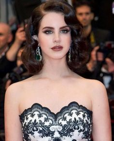 Image about beautiful in Lana Del Rey 💕 by Trang Lê Retro Hairstyles, Easy Hairstyles, Wedding Hairstyles, Finger Wave Hair, Finger Waves, Pelo Retro, 1920s Hair, Hollywood Glamour, Fashion Stylist