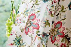 Nádherný detail závesu z kolekcie Londres.  #zaves#kvety#obyvacka#kuchyna#jedalen Curtains, Shower, Fabric, Prints, London, Rain Shower Heads, Tejido, Blinds, Tela