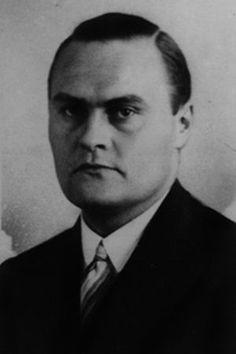 Josef Wirmer wurde am 19. März 1901 in Paderborn geboren, doch verbrachte er seine Jugend überwiegend in Warburg, wo sein Vater ab 1909 Gymnasialdirektor war. Hier machte Josef, zweiter von fünf Geschwistern, 1920 mit Auszeichnung sein Abitur. Doch bereits in seiner Schulzeit streifte er das streng