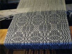 gebrochene twill scarves on the loom