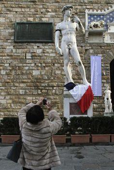 Firenze: il David di Michelangelo con la fascia nera a lutto al braccio e la bandiera francese ai piedi. De David van Mechelangelo met zwarte armband en de franse driekleur aan zijn voeten in solidariteit met #charliehebdo