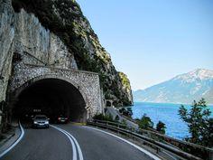 Westoever Gardameer Persoonlijk vind ik de westoever van het Gardameer een van de leukste en mooiste locaties om met de auto of motor te rijden. Je hebt er tientallen tunneltjes, heel wat bergwegen en een prachtige kustweg die van Riva del Garda in het noorden tot Desenzano del Garda in het zuiden loopt. SS45bis De Gardesana …