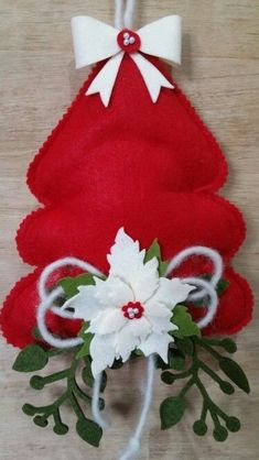 Crafts From Wine Bottles Quilted Christmas Ornaments, Felt Christmas Decorations, Plastic Canvas Christmas, Christmas Swags, Christmas Sewing, Christmas Makes, Christmas Door, Felt Ornaments, Christmas Stockings