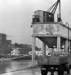 SANTANDER La evolución histórica de San Martín La vieja tolva de Puertochico con las naves del Club Marítimo de fondo.