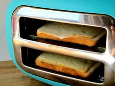 How to make grilled cheese with a toaster. Turn your toaster sideways to make grilled cheese! Now that's my kind of cooking! Queso Fundido, Making Grilled Cheese, Making Cheese, Grilled Cheese Toaster, Perfect Grilled Cheese, Grilled Bread, Do It Yourself Food, Good Food, Yummy Food