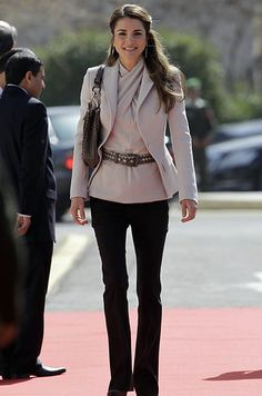 Queen Rania of Jordan 15 Insanely Fashionable Royals Who Aren't Kate Middleton Royal Fashion, Look Fashion, Winter Fashion, Fashion Outfits, Womens Fashion, Fashion Trends, Pink Beige, Style Kate Middleton, Style Royal