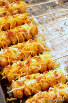 Tot Kabobs Loaded Tot Kabobs -- turn tater tots into perfect party food with this simple recipe!Loaded Tot Kabobs -- turn tater tots into perfect party food with this simple recipe! Food Truck Menu, Tailgate Food, Tailgating, Tater Tots, Appetizers For Party, Appetizer Recipes, Appetizers Superbowl, Concession Stand Food, Concession Trailer