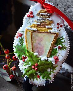 Купить или заказать Пряники новогодние 'Волшебный фонарь' в интернет-магазине на Ярмарке Мастеров. Козули-изготовленные из теста, украшенные и запечённые фигурки. Козули первоначально являлись национальным лакомством поморов (жителей Архангельской губернии), которые изготовляли их только на Рождество. Козуль также принято считать разновидностью пряников. В настоящее время козули пекут на праздник, в качестве приглашений, подарков, ведь это настолько оригинальный и необычный, а главное…