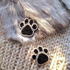 Cats paws - Diy idea for beaded earrings Bead Embroidery Jewelry, Beaded Embroidery, Hand Embroidery, Bead Jewellery, Bead Earrings, Beaded Jewelry, Brooches Handmade, Handmade Jewelry, Diy Jewelry