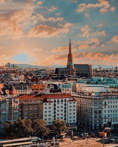 Wolkenlos und strahlend blauer Himmel – das schreit nach Sonne. Wo ist man da besser aufgehoben als auf einer der wunderschönen Rooftop-Bars dieser Stadt?! Genau aus diesem Grund haben wir für euch eine Übersicht über einige der tollen Dachterrassen zusammengestellt, die mit abwechslungsreichen Angeboten verwöhnen.  (c) @bulgariana on instagram Enjoy Your Weekend, Vienna Austria, Paris Skyline, Dark, Instagram, Travel, Drinks, Food, Cool Bars
