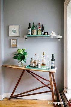 Sem lugar para colocar o bar na festa? Já pensou em uma tábua de passar em um cantinho ???