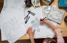 Ein Malbuch entsteht: Die Künstlerin Johanna Basford bei der Arbeit
