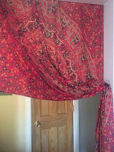 Um tecido antigo jogado no armário virou a porta da sala pro corredor na casa de uma amiga. Um clips prende a cortina. Sem gastar 1 tostão e com muito bom gosto ela deu um toque especial na decoração de seu apartamento.  Um singelo exemplo de como a criatividade pode transformar o simples em extraordinário! Curti muito! 😍