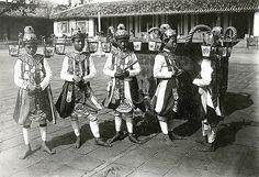 Hué - Danseurs royaux au palais impérial