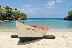 Vissersboot op het strand van Curaçao
