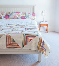 Crochet Granny Square Design Granny Chic Pinwheel Blanket from Crochet Home by Emma Lamb Plaid Au Crochet, Crochet Quilt, Crochet Home, Love Crochet, Beautiful Crochet, Motifs Granny Square, Granny Square Crochet Pattern, Crochet Squares, Crochet Granny