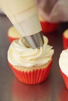 Cómo hacer frosting para diabéticos. No solo el azúcar sirve para endulzar postres, de modo que las personas que padecen diabetes también pueden comer dulces sin que esto perjudique a su salud. Para ello, tan solo es necesario usar produ...