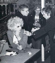 punk Debbie Juvenile, Johnny Rotten, Captain Sensible and friend. 70s Punk, Punk Goth, God Save The Queen, Les Aliens, Johnny Rotten, Punk Princess, Princess Disney, New Romantics, Skinhead