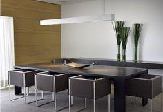 Mesa em madeira escura + cadeiras estofadas. Ambiente mais simples, com destaque para o painel de madeira na parede. Projeto Fernanda Marques, revista Casa e Jardim.