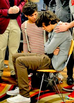 Episode of iCarly. Harry just pretended to be sick, but Louis still looked worried. One Direction Wallpaper, One Direction Pictures, One Direction Memes, I Love One Direction, Larry Stylinson, Larry Shippers, Mutual Respect, Louis And Harry, Icarly