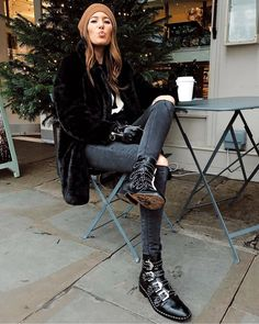 Cool vibes in a total black look, with Givenchy boots, ripped skinny jeans and a faux fur coat Booties Outfit, Fur Coat Outfit, Biker Boots Outfit, Simple Outfits, Casual Outfits, Black Faux Fur Jacket, Givenchy Boots, Cooler Stil, Winter Mode