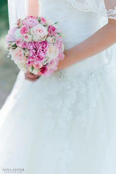 Wie findet ihr den Brautstrauß? der passt perfekt zu einer Sommerhochzeit #Liebe, #Hochzeit, #Brautfrisur, #Brautstrauß, #Brautkleid, #Brautbilder, #Schleier, #weiß, #Hochzeitsreportage, #Konstanz, #Brautpaar, #Brautschmuck