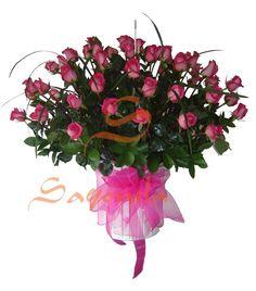 Hermoso arreglo compuesto por:        - 36 Rosas Fucsia      - Follaje cintilla      - Base de madera o canasta en mimbre