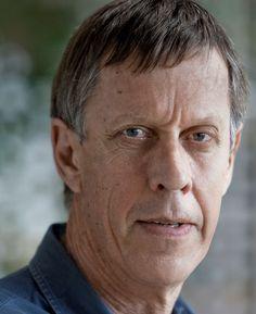 Bruce Spence 17-09-1945  Nieuw-Zeelands acteur die een aanzienlijk deel van zijn carrière in Australië werkte. Hij speelde onder andere de tovenaar Zeddicus Zu'l Zorander in de Amerikaanse televisieserie Legend of the Seeker en The Trainman in de Amerikaanse film The Matrix Revolutions. Met een lichaamslengte van 1,99m is hij een van de langste acteurs die ooit een hoofdrol speelden. https://youtu.be/mGVbzGMFfA4