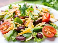 Mexikanischer Salat mit Avocado – Rezepte – Women's Health Mexikanischer Salat mit Avocado Mango Salat, Avocado Salat, Caprese Salad, Fruit Salad, Cobb Salad, How To Cut Avocado, Home Food, Balsamic Vinegar, Paleo Recipes