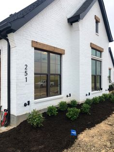 Black Windows Exterior, White Exterior Houses, Exterior House Colors, Modern Exterior, Exterior Paint, White Brick Houses, White Farmhouse Exterior, Painted Brick Exteriors, Townhouse Exterior