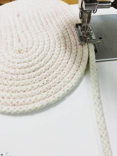 This DIY Coiled Basket Tote project looks tricky but is very simple and really addictive. It uses cotton sash cord – available from hardware shops, and you bu Diy Crafts To Do, Rope Crafts, Craft Stick Crafts, Craft Ideas, Rope Basket, Basket Weaving, Woven Baskets, Fabric Basket Tutorial, Diy Bags Purses