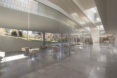 인간학과 사회과학과를 위한 스튜디오, 폴론스키 아카데미가 에루살렘 밴빈 캠퍼스에 위치한다. 솔리드한 남측면이 에루살램 극장과 마주하는 동안 열린 북측면은 캠퍼스의 중심, 센트럴 가든 중정과 마주한다. 수평성이 강조된 저층형 빌딩은 주변 건물들과 유사한 건축환경을 연속하는 한편, 도시로 향한 스톤 파사드와 내부 중정으로 향한 글래스 파사드로 주변과 구별되는 캐릭터를 구현한다. 빌딩 내 연구시설은 상부 2개..