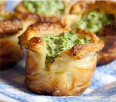 Puff Pastry Spinach Cups This could be popey the sailor man's favourite meal! Very healthy and tasty , could be a way of convincing your children to eat healthy. It is also very quickly and easy to make it. Finger Food Appetizers, Appetizers For Party, Finger Foods, Appetizer Recipes, Think Food, Love Food, Comida Baby Shower, Spinach Puff Pastry, Great Recipes