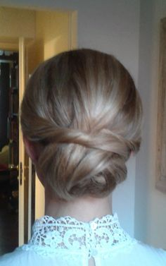 simple bun by Janita Helova, Rome Italy http://www.hairmakeupnails-rome.com/