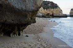 Atardecer en Praia de Dona Ana (Lagos), un lujo para tí en el Algarve. | via Robien Jú | 15/09/2014 Escondida entre acantilados, la Praia de Dona Ana está esperando que la descubras. Esta joya situada en Lagos, uno de las ciudades más bonitas del Algarve, te regala un atardecer tranquilo y sencillamente espectacular. #Portugal