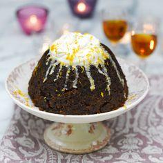 1 Vet een puddingvorm in (inhoud 1,2 liter).Doe alle droge ingrediënten in een grote kom(vanwege de vele ingrediënten is het een goedidee ze af te vinken, zodat je niets vergeet).Doe de appel-, wortel en sinaasappelrasp erbij....