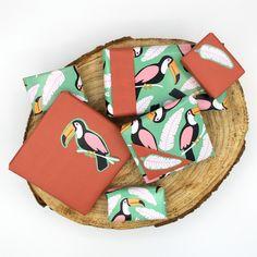 Heb je geen matchende cadeaupapiertjes? Die maak je makkelijk zelf! Knip een gedeelte van het papier uit, en plak deze op ander papier. Espadrilles, Sandals, Diy, Shoes, Paper, Espadrilles Outfit, Shoes Sandals, Zapatos, Bricolage
