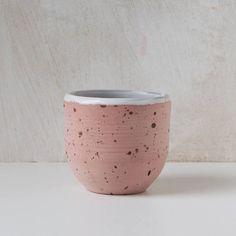 Cette coupe rose a sur les mouchetures bruns extérieur et blanc glacé à l'intérieur. Les pièces non vitrés sont polis et scellés avec un enduit de nourriture-sûre et de donner cette coupe sont look unique. Cette liste est pour une tasse. La coupe est environ 7 cm de diamètre et