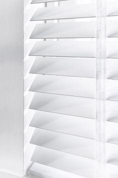 wit is altijd een goede keus, ga voor deze witte jaloezie met ladderband! #houtenjaloezie #wit #ladderband #neutraal #basic #raamdecoratie #bece Blinds For Windows, Home And Garden, Architecture, Interior, House, Venetian, Home Decor, Shades, Store