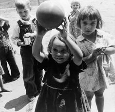 Dorothea_Lange,_Migrant_children_playing_at_nursery_school,_FSA_camp,_Tulare_County,_California,_1939.jpg (2946×2890)