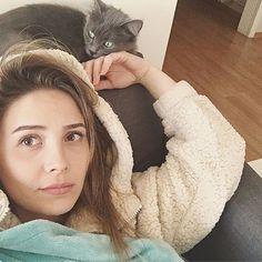 Selin Sezgin(Melek) Celebrities With Cats, Turkish Actors, Actors & Actresses, Istanbul, Turkey, Foods, Tv, Random, People