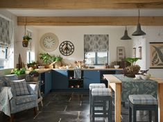 Country kitchens have come into their own with a timeless, cosy, rustic and homely style. These country kitchen ideas will inspire your own design. Country Kitchen Accessories, Country Kitchen Designs, Country Kitchens, Country Homes, Rustic Backdrop, Rustic Decor, Rustic Design, Farmhouse Decor, Marble Jar