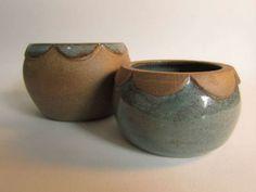 Loja artesanal presente no site Elo7 produz adornos de cerâmica em miniatura, como vasos, tigelas e potes. Os produtos podem ser personalizados pelo cliente.