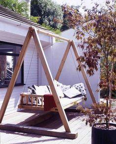 Gartenschaukel mit Holzgestell auf der Terrasse
