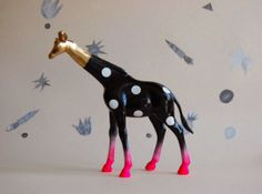 Great DIY Ideas for Plastic Toy Animals! Explore DIY projects to have Fun & Games with Creativity! Shown here: Polka-Dot Giraffe with Gold & Pink Details. Via La Vida en Craft Spray Paint Plastic, Painting Plastic, Deco Kids, Creation Art, Plastic Animals, Plastic Dinosaurs, Animal Party, Animal Paintings, Cool Stuff